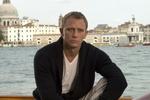 Daniel Craig pokona Rogera Moore'a [Daniel Craig fot. UIP]