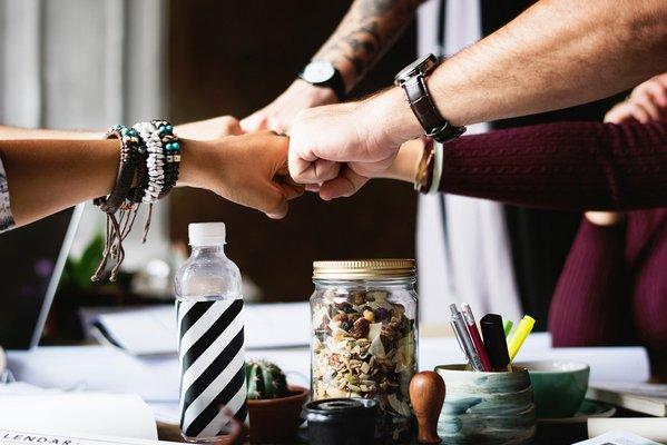 Dbaj o przyjaźń - zapewni ci niższy poziom stresu przez całe życie [fot. StockSnap z Pixabay]