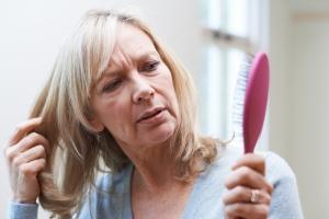 Dlaczego kobiety łysieją? Najczęstsze przyczyny [Fot. highwaystarz - Fotolia.com]