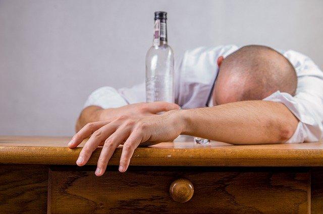 Dlaczego nadmiar alkoholu może skutkować demencją? [fot. Michal Jarmoluk from Pixabay]
