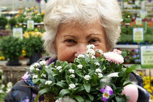 Dlaczego starsi ludzie są szczęśliwsi? [fot. silviarita from Pixabay]