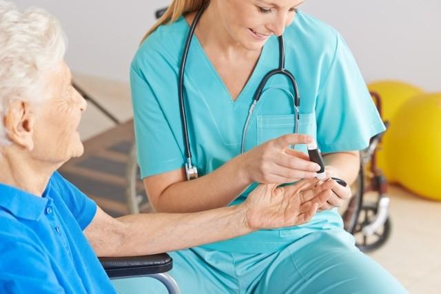 Dłuższe życie z cukrzycą: pielęgniarka diabetologiczna wsparciem w chorobie [fot. robert kneschke - fotolia.com]