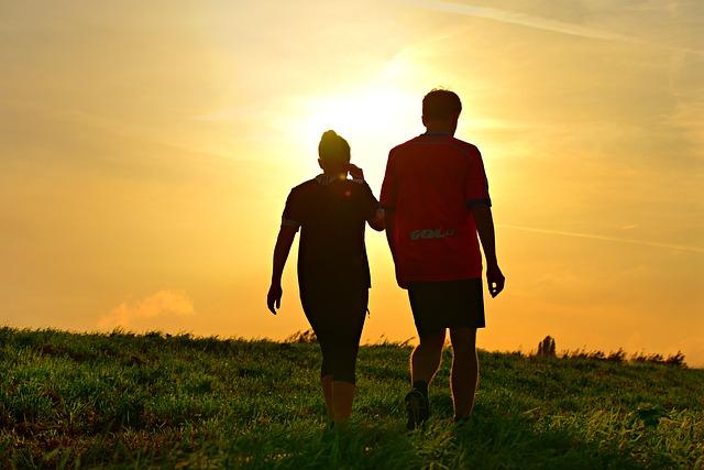 Dłuższy spacer to więcej zdrowia: chodzenie to panaceum? [fot. Mabel Amber from Pixabay]