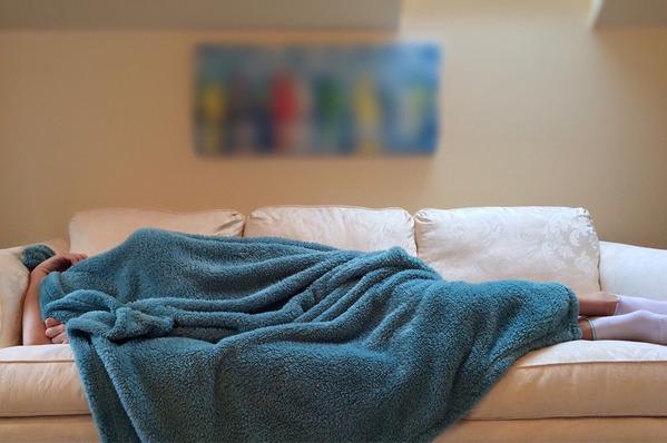 DuÅźo drzemek w ciągu dnia - to moÅźe być oznaka Alzheimera [fot. Wokandapix z Pixabay]