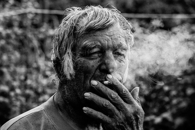 Duża ilość zmarszczek u palczy wskazuje wysokie zagrożenie dla płuc [fot. Ilia Watiriewa from Pixabay]