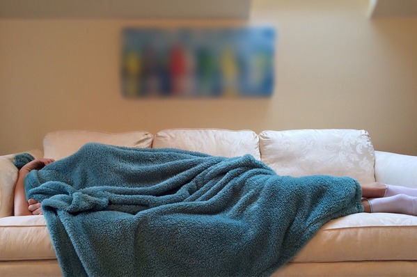 Dużo drzemek w ciągu dnia - to może być oznaka Alzheimera [fot. Wokandapix z Pixabay]