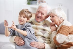 Dziadkowie są zbyt pobłażliwi - niewłaściwa opieka może osłabić zdrowie wnuka [Fot. Photographee.eu - Fotolia.com]