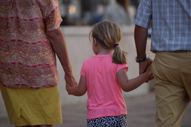 """Dziadkowie wychowujący wnuki robią """"dobrą robotę"""" [fot. Charlotte Govaert from Pixabay]"""