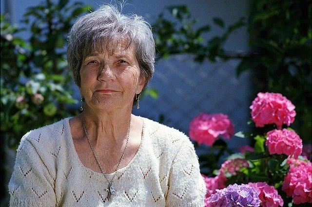 Emocje w perspektywie seniorów: starsi mają więcej spokoju [fot. Benjamin Balazs from Pixabay]