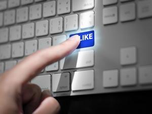 Facebook - coraz trudniej z niego nie korzystać [© pongsuwan - Fotolia.com]