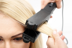 Fakty i mity na temat prostowania włosów [Fot. Robert Przybysz - Fotolia.com]