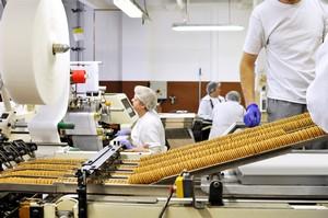 Firmy produkcyjne szukaj� pracownik�w [©  industrieblick - Fotolia.com]