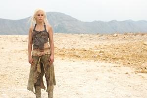 """George R.R. Martin w epizodzie """"Gry o tron"""" [Emilia Clarke fot. HBO]"""