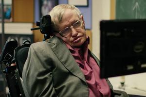 Gordon Ramsay, Liam Neeson i Kylie Minogue chcą być głosem Stephena Hawkinga [Stephen Hawking fot. Comic Relief/Youtube]