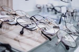 Gotowe okulary mogą poważnie uszkodzić wzrok [Fot. Kwangmoo - Fotolia.com]
