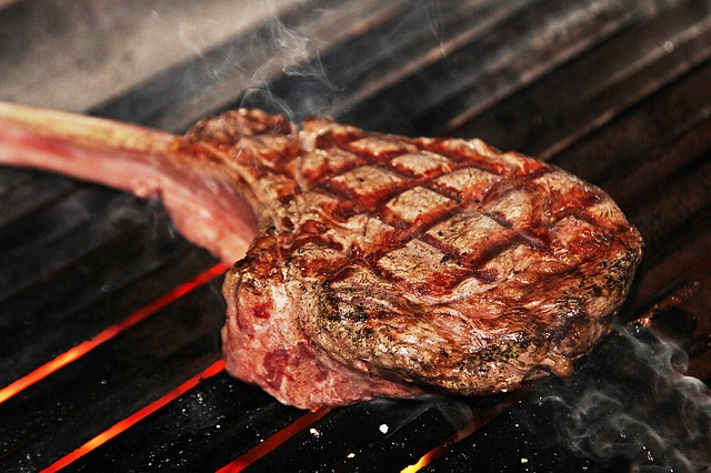 Grillowane czerwone mięso szkodzi sercu [fot. Reinhard Thrainer from Pixabay]