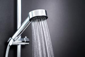 Groźne zarazki pod prysznicem - jak uniknąć zagrożenia infekcjami [Fot. terovesalainen - Fotolia.com]