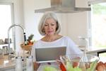 Internauta od kuchni - przepisów szukamy w sieci [© goodluz - Fotolia.com]