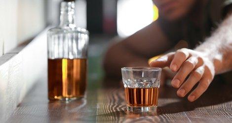 Jak alkohol sprzyja demencji