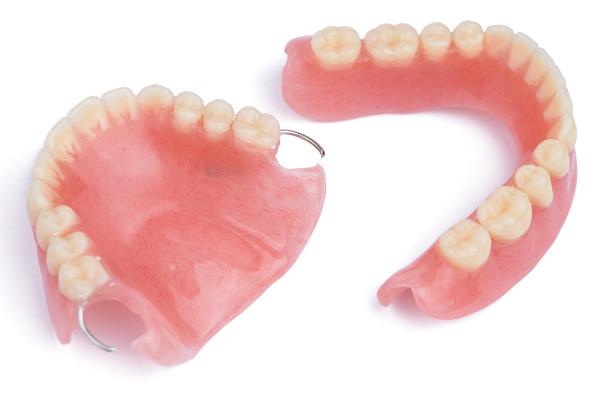 Jak dbać o protezy zębowe? 7 zasad pielęgnacji nie tylko dla seniorów [Fot. brostock - Fotolia.com]