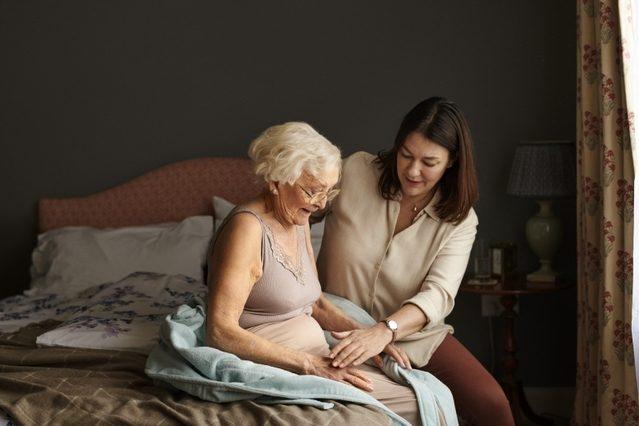 Jak dbać o wrażliwą skórę okolic intymnych u seniora z nietrzymaniem moczu? Poznaj 3 kroki [fot. TENA]