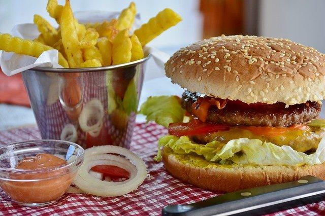 Jak jeść mniej fast foodu? Trzeba osłabić stres [fot. RitaE from Pixabay]
