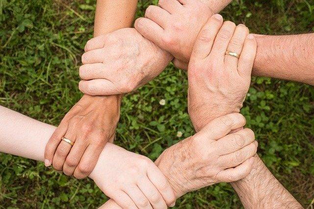Jak osłabić dyskryminację wobec starszych (ageizm)? Przyjaźń z młodszymi pomaga [fot. Anemone123 from Pixabay]