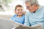 Jak rozmawiać z wnukami o bieżących wiadomościach? [© Yuri Arcurs - Fotolia.com]