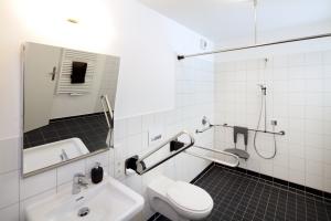 Jak urządzić łazienkę dla osób starszych i niepełnosprawnych? [Fot. Jörg Lantelme - Fotolia.com]