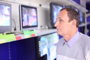 Jak wybrać telewizor, laptop czy smartfon? Senior w świecie RTV [© Pavel Losevsky - Fotolia.com]