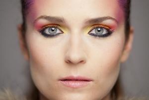 Jak wykonać makijaż wyszczuplający twarz? [fot. Makijaż wyszczuplający]