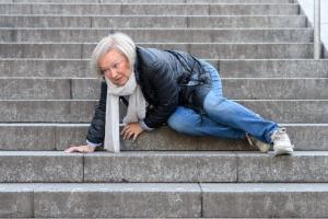 Jak zapobiegać upadkom osób starszych?  [Fot. michaelheim - Fotolia.com]