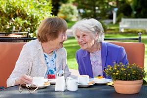 Jak znaleźć przyjaciół? Trzeba plotkować... [© belahoche - Fotolia.com]