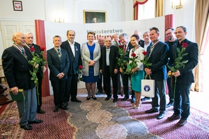 Jan Miodek, Andrzej Kopiczyński, Piotr Szulkin z medalem Gloria Artis  [fot. Danuta Matloch. MKiDN]