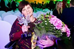 Janina Ochojska z Kryształowym Zwierciadłem 2013 [Janina Ochojska, fot. Zwierciadło]