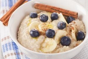 """Jedz owsiankę - zmniejszysz poziom """"złego"""" cholesterolu [Owsianka z owocami, © bit24 - Fotolia.com]"""