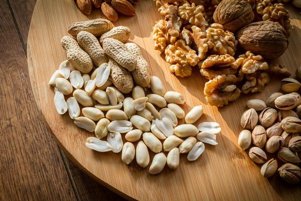 Jedzenie orzechów pomaga sercu [fot. piviso z Pixabay]