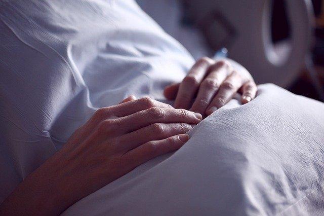 Jeśli choruje kobieta, małżeństwo częściej się rozpada [fot. Sharon McCutcheon from Pixabay]