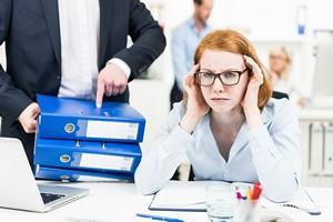 Jeśli jesteś niedecyzyjny/a w pracy i doświadczasz w niej stresu, czeka cię krótsze życie [Praca, © Picture-Factory - Fotolia.com]