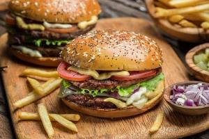 """Junk food (""""śmieciowe jedzenie"""") zwiększa ryzyko raka [Fot. volff - Fotolia.com]"""