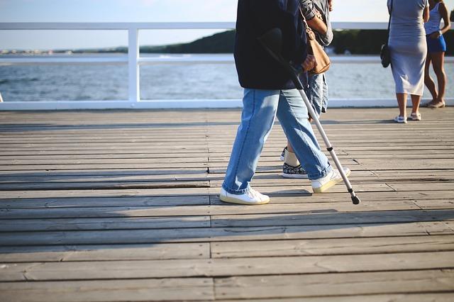 Już 5 tysięcy kroków dziennie zwiększa szanse na długowieczność kobiet [fot. Karolina Grabowska from Pixabay]