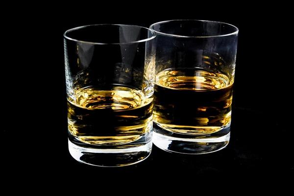 Już umiarkowane ilości alkoholu zwiększają ryzyko raka (piersi, okrężnicy, etc.) [fot. Michal Jarmoluk z Pixabay]