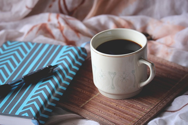 Kawa nie zastąpi całonocnego snu [fot. Nipaporn Sriraksa from Pixabay]