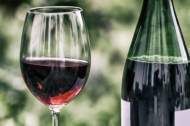 Kieliszek wina przed zapaleniem papierosa chroni naczynia krwionośne [fot. Wolfgang Claussen from Pixabay]