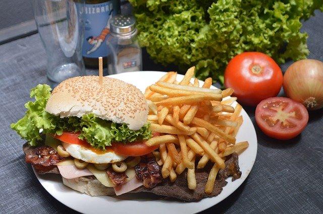 Kiepska dieta sprzyja chorobom serca [fot. Guillermo Vuljevas from Pixabay]