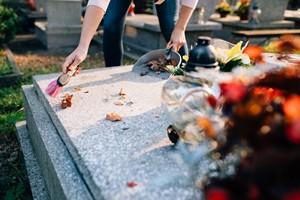 Kilka wskaz�wek, jak dba� o nagrobki [© Daniel J�dzura - Fotolia.com, Nagrobek]