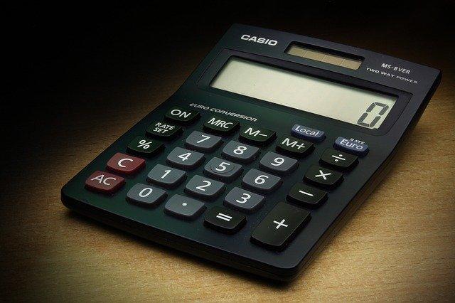 Kłopoty finansowe skutkują bólem fizycznym w starszych latach [fot. Michaił Nowa from Pixabay]