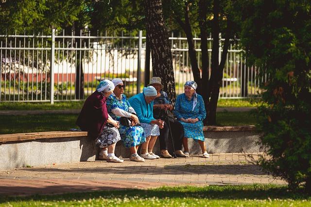 Klucz do długowieczności: niepalenie papierosów i kontakty towarzyskie [fot. Vlad Vasnetsov from Pixabay]