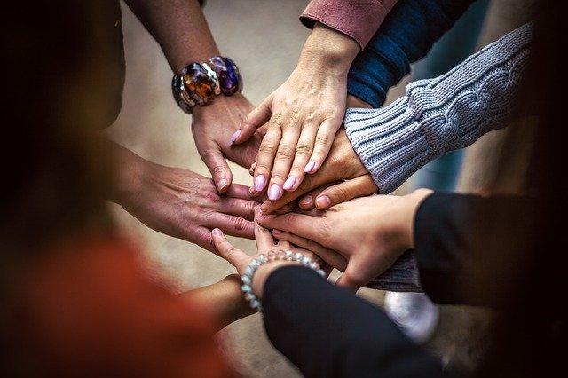 Klucz do szczęścia: rodzina czy przyjaciele? [fot. Bob Dmyt from Pixabay]