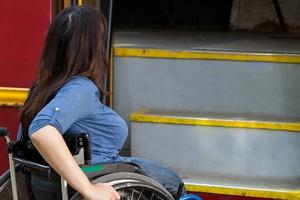 Komunikacja miejska nie dla niepełnosprawnych [Photographee.eu - Fotolia.com, Bariery w komunikacji miejskiej]
